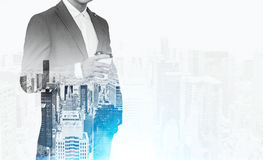 Закройте вверх бизнесмена в костюме держа бумажный стаканчик кофе Вид на город на заднем плане Стоковое Изображение RF