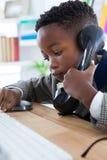Закройте вверх бизнесмена говоря на телефоне наземной линии Стоковая Фотография RF