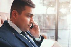 Закройте вверх бизнесмена говоря на телефоне Стоковое Изображение RF