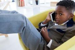 Закройте вверх бизнесмена говоря на smartphone Стоковые Фото