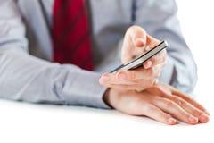 Закройте вверх бизнесмена используя мобильный телефон Стоковое Фото