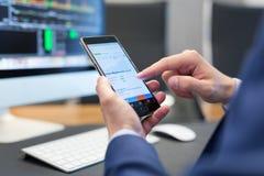 Закройте вверх бизнесмена используя передвижной умный телефон Стоковое фото RF