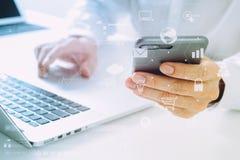 закройте вверх бизнесмена используя мобильный телефон и портативный компьютер o Стоковые Фотографии RF