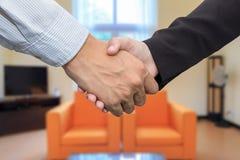 Закройте вверх бизнесмена и коммерсантки тряся руки в waiti Стоковая Фотография RF