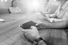 Закройте вверх бизнесмена на встрече используя таблетку Стоковая Фотография RF
