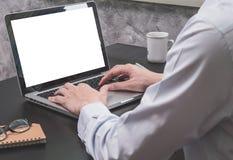 Закройте вверх бизнесмена работая на компьтер-книжке на черном столе Стоковое фото RF