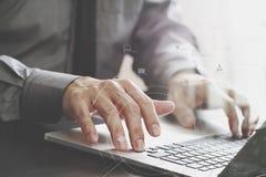 закройте вверх бизнесмена работая с портативным компьютером на деревянном d Стоковое Изображение
