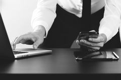 закройте вверх бизнесмена работая с умными телефоном и компьтер-книжкой и Стоковое Фото