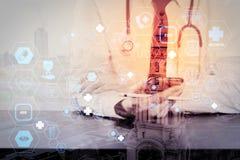 закройте вверх бизнесмена работая с умным телефоном на деревянном столе бесплатная иллюстрация