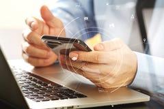 закройте вверх бизнесмена работая с com мобильного телефона и компьтер-книжки Стоковое Изображение RF
