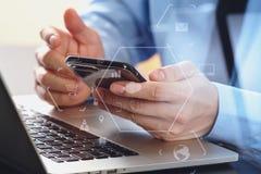 закройте вверх бизнесмена работая с com мобильного телефона и компьтер-книжки Стоковое Фото