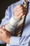 Закройте вверх бизнесмена страдая с повторяющееся растяжение Стоковая Фотография