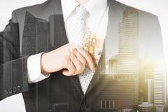 Закройте вверх бизнесмена с деньгами евро Стоковая Фотография