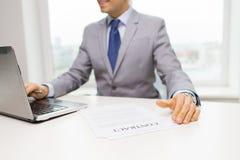 Закройте вверх бизнесмена с компьтер-книжкой и бумагами Стоковые Фото