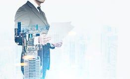 Закройте вверх бизнесмена с документами в городе Стоковое Изображение RF