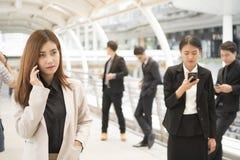 Закройте вверх бизнесменов и коммерсанток используя smartphone Стоковые Фотографии RF