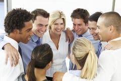 Закройте вверх бизнесменов поздравляя одно другое в тренировке тимбилдинга Стоковое Изображение RF