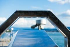 Закройте вверх биноклей управляемых монеткой на озере озеро в лете Стоковая Фотография RF