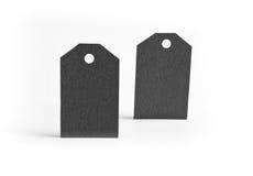 Закройте вверх бирок чистого листа бумаги на белой поверхности Стоковые Изображения