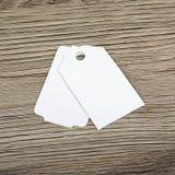 Закройте вверх бирок чистого листа бумаги на деревянной поверхности Стоковые Изображения RF