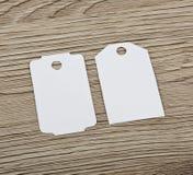 Закройте вверх бирок чистого листа бумаги на деревянной поверхности Стоковая Фотография RF