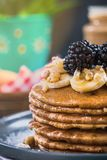 Закройте вверх блинчиков с свежими ежевиками, бананом и грецким орехом Стоковая Фотография