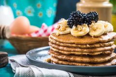 Закройте вверх блинчиков с свежими ежевиками, бананом и грецким орехом Стоковое Изображение