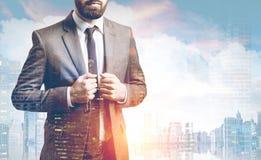 Закройте вверх бородатого бизнесмена в городе Стоковое Изображение RF