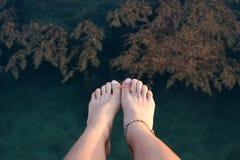 Закройте вверх босых ног персоны Стоковое Изображение RF