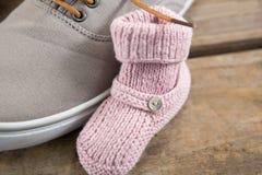 Закройте вверх ботинка с добычами младенца на поле Стоковое Изображение RF