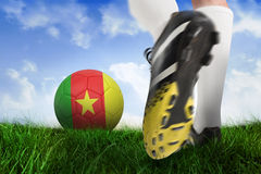 Закройте вверх ботинка футбола пиная шарик Камеруна Стоковая Фотография RF