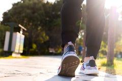 Закройте вверх ботинка человека пока идущ в парк, идите на всю жизнь концепция Стоковая Фотография RF