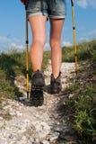 Закройте вверх ботинок женщины trekking Стоковое Фото