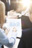 Закройте вверх болтовн, компьтер-книжки и диаграмм в офисе Стоковая Фотография RF
