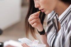 Закройте вверх больной женской принимая пилюльки Стоковые Изображения RF
