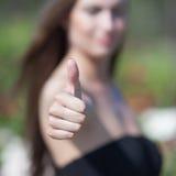Закройте вверх большого пальца руки вверх Стоковые Изображения