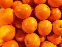 Закройте вверх большой коробки апельсинов на супермаркете Стоковые Изображения RF