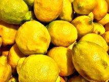 Закройте вверх большой коробки лимонов на супермаркете Стоковые Изображения