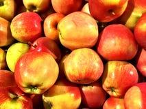 Закройте вверх большой коробки яблок на супермаркете Стоковая Фотография RF