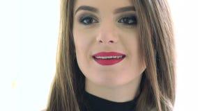 Закройте вверх брюнет стороны сексуального с обольстительными красными губами движение медленное сток-видео