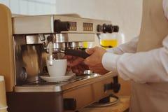 Закройте вверх будучи подготавливанным кофе Стоковые Изображения RF