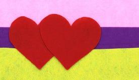 Закройте вверх бумажных форм сердца на желтом, фиолетовом и розовом backgr Стоковые Изображения