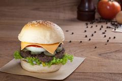 Закройте вверх бургера говядины с сыром на деревянной таблице Стоковая Фотография RF