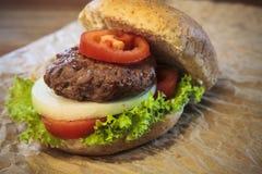 Закройте вверх бургера и плюшки ветчины с луком tomatio и зеленым vege Стоковые Фото