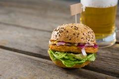 Закройте вверх бургера с пивом Стоковое Изображение