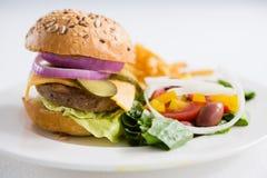 Закройте вверх бургера с салатом в плите Стоковое фото RF