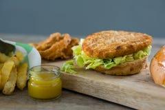 Закройте вверх бургера с салатом Стоковая Фотография RF