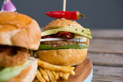 Закройте вверх бургера с фраями перца и француза jalapeno Стоковое Фото