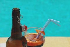 Закройте вверх бутылки и коктеиля Стоковая Фотография RF