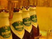 Закройте вверх бутылки пива Сайгона в Hoi древний город Tr стоковое фото rf